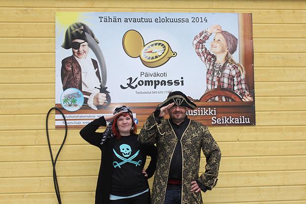 Ankkurit ylös! Aarresaari-kapteeni Olli Liimatainen ja Kompassin kippari Susanna Turunen toivottavat miehistön tervetulleeksi uuteen päiväkotiin.