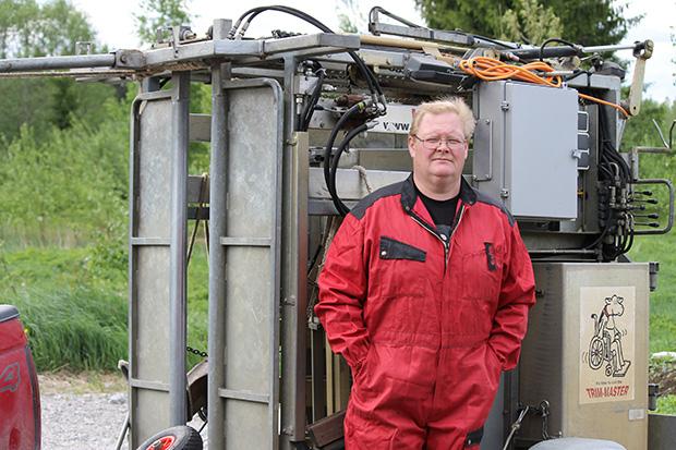 Hydrauliteline kulkee Juha Ohra-ahon auton perässä tiloille. Sorkkien liikakasvu leikataan ja hiotaan, jolloin eläimen painopiste siirtyy luonnolliseen kohtaan. Sorkkahoito kaksi kertaa vuodessa on tärkeää nautojen sairauksien hoidossa ja ehkäisyssä. Hoidetut sorkat vaikuttavat positiivisesti tuottavuuteen.