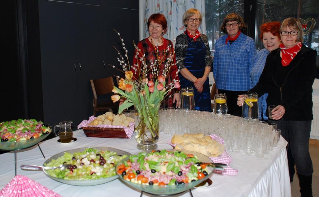 Nisulan kyläseuran naiset yhdessä Marttojen kanssa loihtivat  Naistenpäivän herkkupöydän.