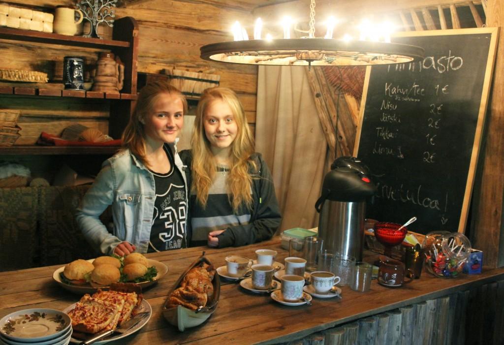 Emma (oik.) ja Anniina Ilmonen ovat jo kokeneita kahvilanpitäjiä. Viime kesänä kahvila Nisu valittiin vuoden 2014 Pohjanmaa-Keski-Suomen alueen parhaaksi 4H-yritykseksi.